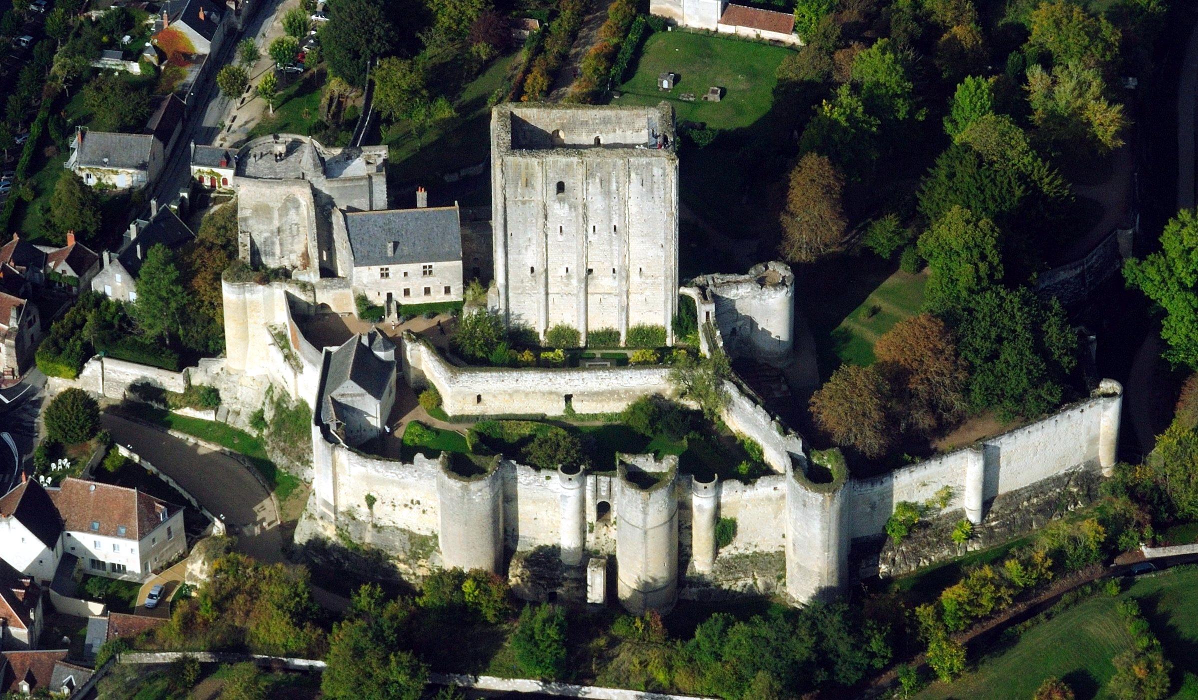 Lâu đài Loches với kiến trúc và địa hình phức tạp.